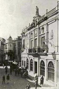 Esta imagen tiene un atributo ALT vacío; su nombre de archivo es 250px-Calle_Capitulares_antiguo_Ayuntamiento-UNO.jpg